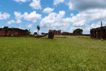 Ruiny jezuitskej misie Trinidad - Ubytovacie zariadenia pre Indiánov, vzadu hlavný kostol