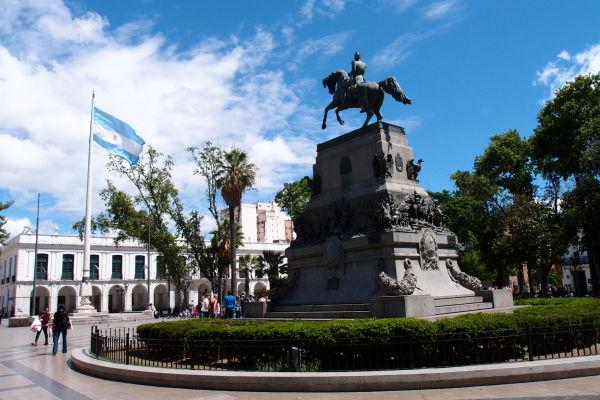 Námestie San Martín v Córdobe - jazdecká socha Josého de San Martín, hrdinu boja za nezávislosť Argentíny, Čile a Peru