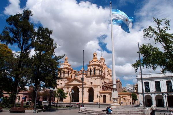 Námestie San Martín v Córdobe - v pozadí katedrála a vpravo Cabildo