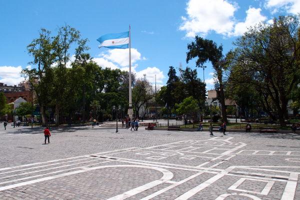 Námestie San Martín v Córdobe - dlaždice na zemi pred katedrálou majú tvoriť dojem obrazu katedrály