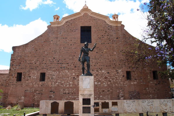 Katedrála Nanebovstúpenia Panny Márie v Córdobe - pohľad zo zadnej strany, kde stojí socha zakladateľa mesta - Jerónimo Luis de Cabrera