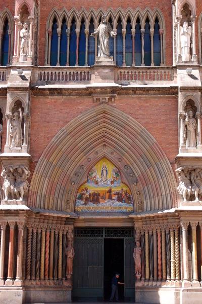 Kapucínsky chrám Najsvätejšieho Srdca v Córdobe - Hlavný portál je zdobený viacerými sochami - hneď pri dverách Mojžiš a Ján Krstiteľ, vedľa oblúka svätí Peter a Pavol a nad oblúkom Ježiš