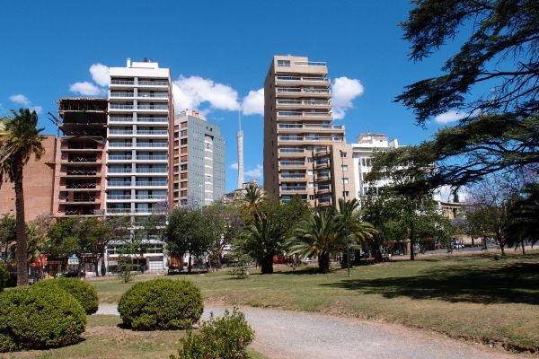 Park neďaleko Plaza España v Córdobe, Maják dvestoročnice je možné vidiet uprostred modernej zástavby