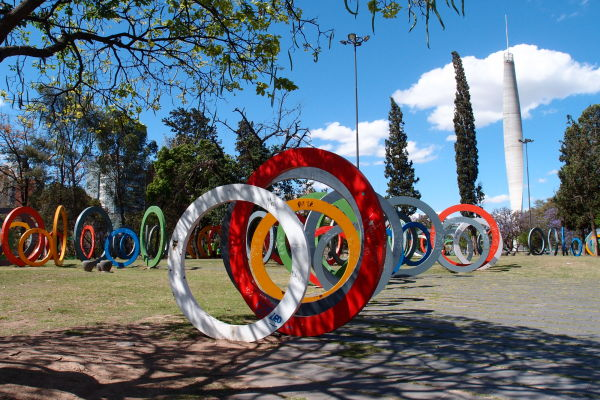Park a Maják dvestoročnice v Córdobe - Každý kruh symbolizuje jeden rok, ktorý uplynul od vyhlásenia nezávislosti Argentíny do roku 2010