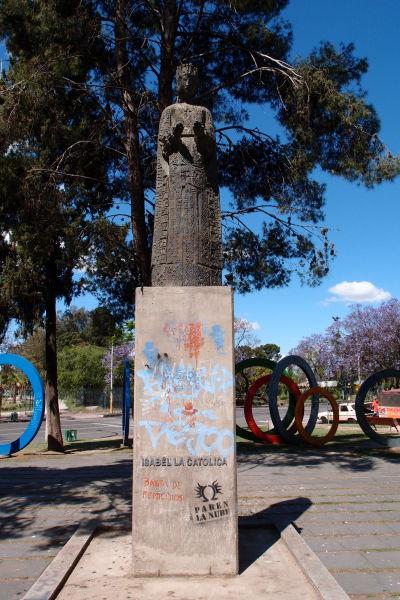 """V parkoch neďaleko námestia Plaza España v Córdobe sa nachádzajú sochy viacerých významných osobností, vrátane kráľovnej Izabely I. Kastílskej, ktorá """"sponzorovala"""" plavbu Kolumba do Ameriky"""