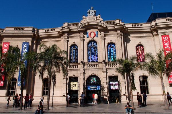 Moderné nákupné centrum Patio Olmos v Córdobe