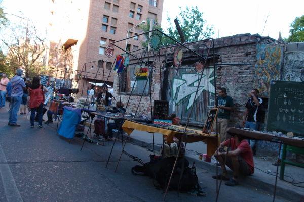 Stánky s remeselníckymi výrobkami v štvrti Güemes v Córdobe