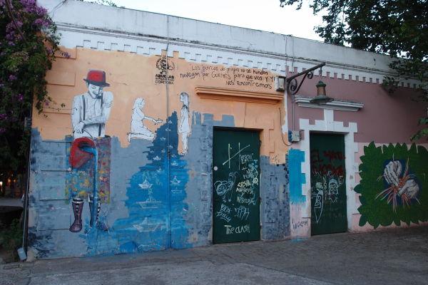 Graffiti na budovách v štvrti Güemes v Córdobe