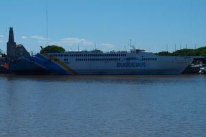 Jedna z lodí zabezpečujúcich prepravu medzi Argentínou a Uruguajom