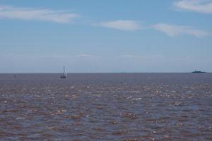 Loďka na Striebornej rieke, v diaľke vidieť Buenos Aires