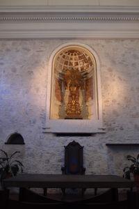 Hlavný oltár je pomerne skromný