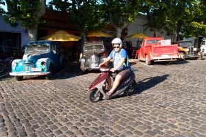 Ešte z iného uhlu... a s motorkárom