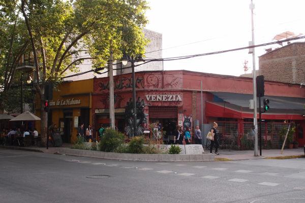 Ulica Pio Nono v štvrti Bellavista v Santiago de Chile - je lemovaná klubmi a barmi a plná stolov s popíjajúcimi ľudmi