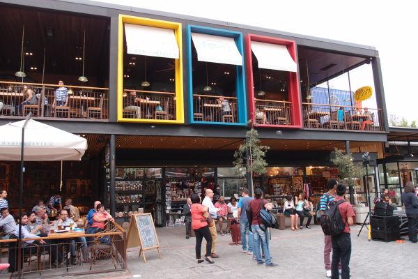 Ulica Pio Nono v štvrti Bellavista v Santiago de Chile - jedno z nádvorí s lepšími reštauráciami a koncertným pódiom