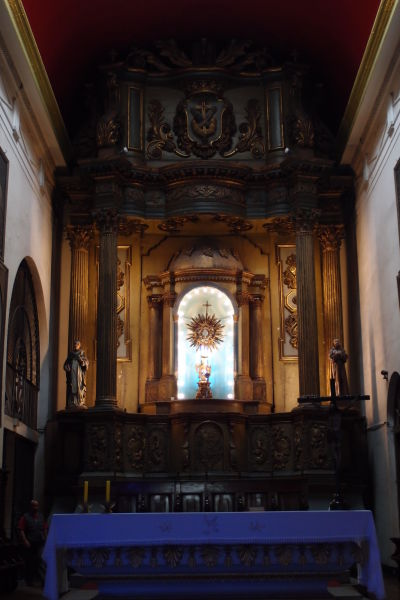 Františkánsky chrám a kláštor (Recoleta Franciscana) v bezprostrednom susedstve tržnice Vega v Santiagu de Chile