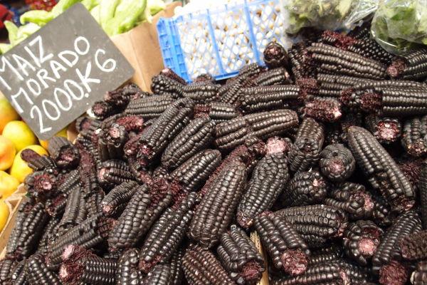 La Vega - najväčšia mestská tržnica v Santiagu de Chile - zaujímavosťou je čierna kukurica, typická pre túto oblasť Južnej Ameriky