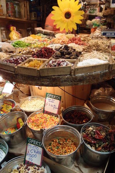 La Vega - najväčšia mestská tržnica v Santiagu de Chile - výber je obrovský, nakúpite tu napr. aj oriešky