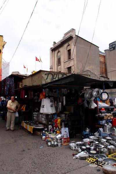 Stánky stoja i v okolitých uličkách La Vegy - najväčšej mestskej tržnice v Santiagu de Chile