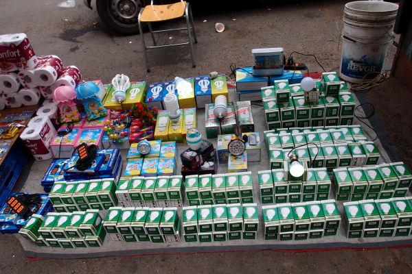 La Vega - najväčšia mestská tržnica v Santiagu de Chile - mnoho predajcov sa rozloží každý deň aj v jej okolitých uličkách