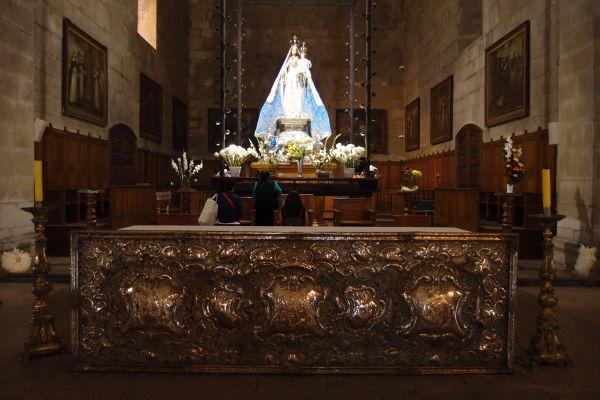 Hlavný oltár dominikánskeho chrámu a kláštora Santo Domingo v Santiagu de Chile