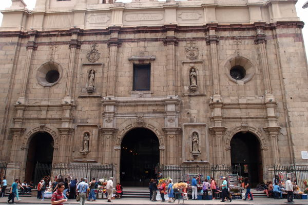 Hlavný vstupný portál dominikánskeho chrámu a kláštora Santo Domingo v Santiagu de Chile