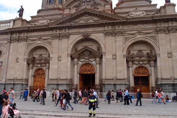 Hlavný vstupný portál Metropolitnej katedrály v Santiagu de Chile