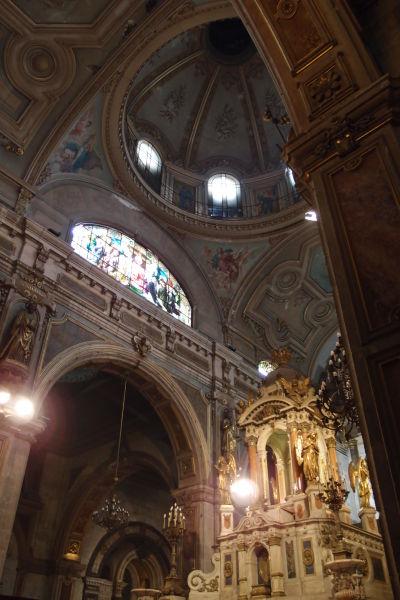Hlavný oltár a kupola v Metropolitnej katedrále v Santiagu de Chile
