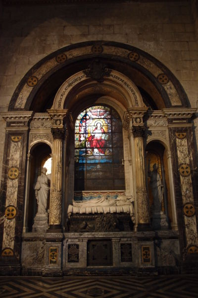 Hrob biskupa v Metropolitnej katedrále v Santiagu de Chile