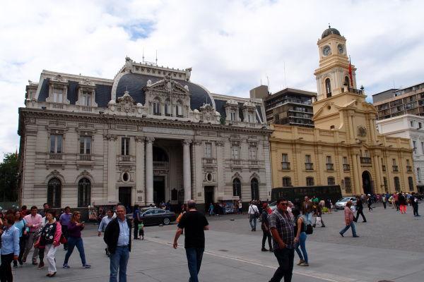 Vľavo hlavná budova čílskej pošty (a filatelistické múzeum, vpravo Národné historické múzeum - Námestie Plaza de Armas v Santiagu de Chile
