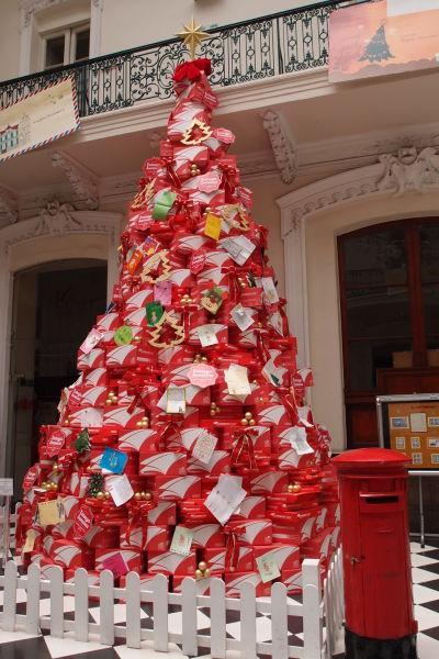 Netradičný vianočný stromček v budove hlavnej pošty na námestí Plaza de Armas v Santiagu de Chile