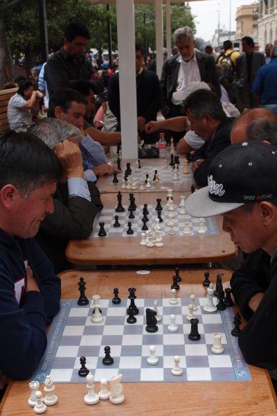 Hráči šachu na námestí Plaza de Armas v Santiagu de Chile