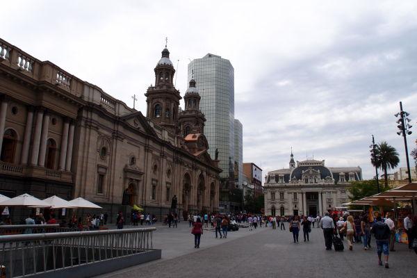 Vľavo Metropolitná katedrála, vpravo budova hlavnej pošty - Námestie Plaza de Armas v Santiagu de Chile