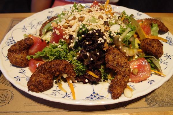 Smažené krevety (camarones) v zeleninovom šaláte s quinoa semienkami