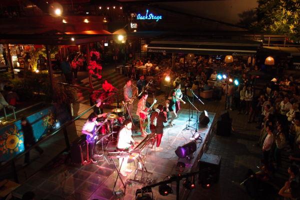 Koncert na nádvorí na ulici Pio Nono v štvrti Bellavista v Santiago de Chile