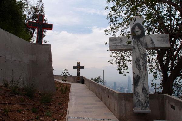 Niektoré kríže vo svätyni Nepoškvrneného počatia na kopci San Cristóbal sú veľmi moderné