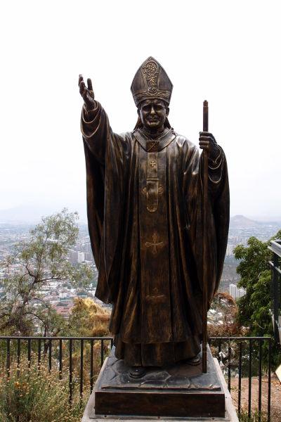 Pamätník pripomínajúci návštevu pápeža Jána Pavla II. na kopci San Cristóbal v Santiagu