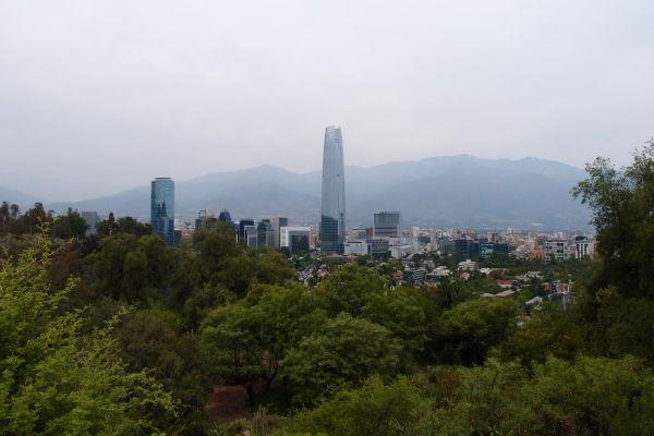 Výhľad z kopca San Cristóbal v Santiagu - Gran Torre Santiago, najvyšší mrakodrap v Južnej Amerike