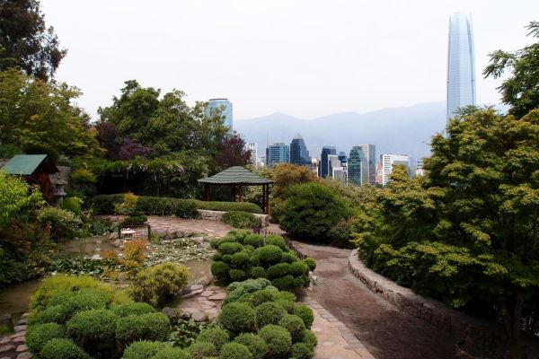 Japonská záhrada na kopci San Cristóbal v Santiagu, v pozadí Gran Torre Santiago