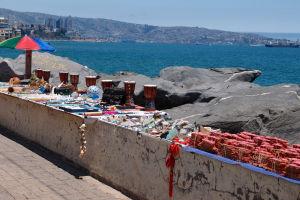 Predajcovia suvenírov na plážovej promenáde vo Viña del Mar