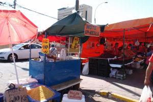 Stánok kde predávajú tradičný čilský nápoj Mote - sladká šťava z broskýň s kukuricou alebo obilninou