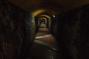 Tunel vedúci k výťahu