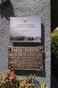 Pamätná tabuľa na dome Pabla Nerudu