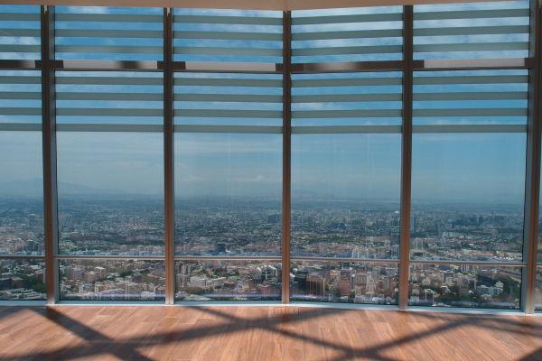Výhľad na Santiago de Chile z Gran Torre - najvyššej budovy v Južnej Amerike