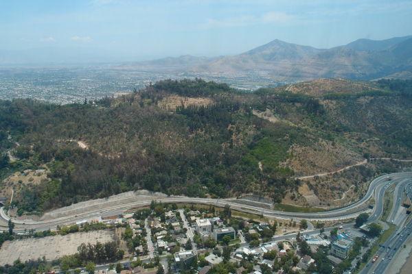 Výhľad na okolie Santiago de Chile z Gran Torre - najvyššej budovy v Južnej Amerike