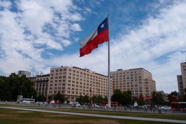 Obrovská vlajka pred palácom La Moneda v Santiagu