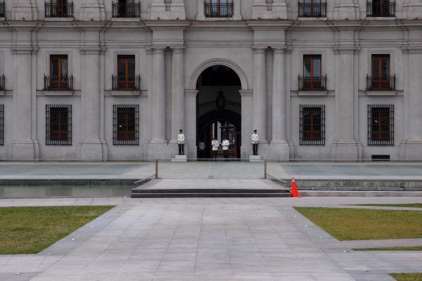 Čestná stráž pred prezidentským palácom La Moneda v Santiagu