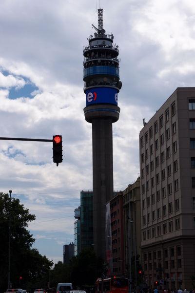 Televízna veža Entel neďaleko paláca La Moneda je považovaná za jeden zo symbolov Santiaga
