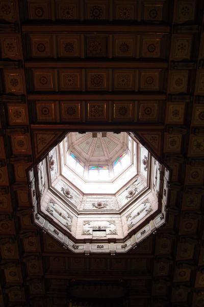 Zdobený strop a veža Chrámu sv. Františka v Santiagu