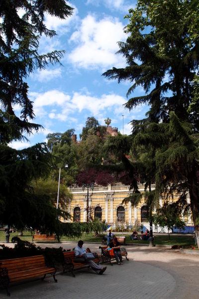 Parčík pred vstupom na kopec Santa Lucía v Santiagu
