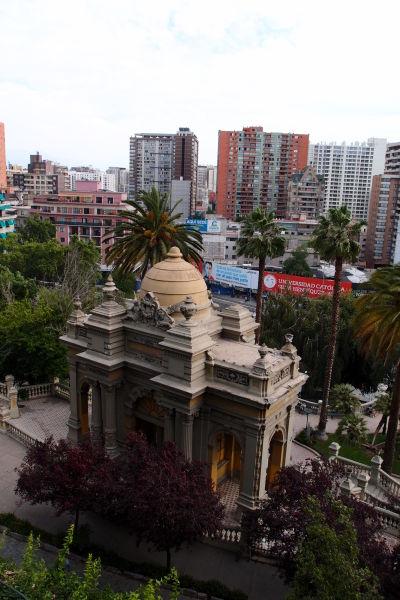 Pohľad zozadu na Neptúnovu fontánu na kopci Santa Lucía v Santiagu